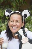 Ευτυχής ώριμη γυναίκα με το milksop και την αγελάδα Στοκ Φωτογραφία
