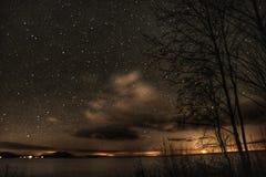 milkway天空夜湖的新月 库存图片