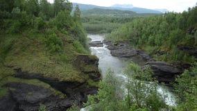 Milky белые массивнейшие длинные водопада утесы и камни долины вниз скользкие в лете видеоматериал