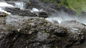 Milky белые массивнейшие длинные водопада утесы и камни долины вниз скользкие в лете сток-видео