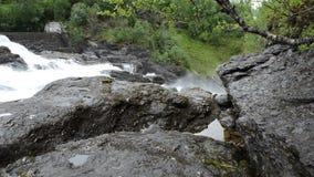 Milky белые массивнейшие длинные водопада утесы и камни долины вниз скользкие в лете акции видеоматериалы
