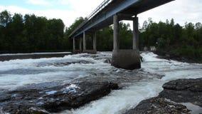 Milky белые массивнейшие длинные водопада утесы и камни долины вниз скользкие в лете с мостом автомобиля сток-видео