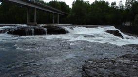 Milky белые массивнейшие длинные водопада утесы и камни долины вниз скользкие в лете с мостом автомобиля акции видеоматериалы