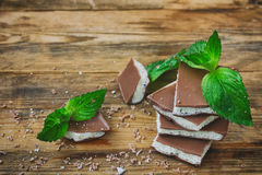 Milky пористый белый и темный шоколад с листьями и мякишем мяты Стоковая Фотография