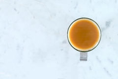 Milky чай в стеклянной чашке на мраморной поверхности Стоковое Изображение