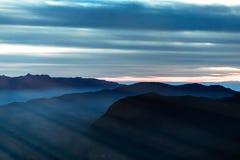 Milky chmura na niebie przy sunrice czasem od wysokiej g?ry zdjęcie royalty free