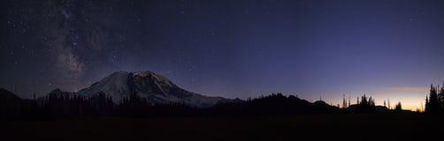 Milky långt över Mount Rainier Fotografering för Bildbyråer