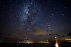 Milky långt galax över segelbåtar i det karibiskt arkivbild