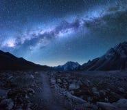 Milky långt och berg för bildinstallation för bakgrund härligt bruk för tabell för foto för natt för liggande arkivbild