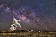 milky over radioteleskop långt Fotografering för Bildbyråer