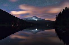 Milky sposób i chmury wzrastamy nad góra kapiszon Oregon Zdjęcie Stock