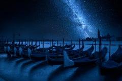 Milky sposób i kołyszące gondole przy nocą, Wenecja, Włochy Zdjęcia Royalty Free