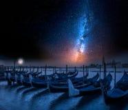 Milky sposób i kołyszące gondole w Wenecja przy nocą Fotografia Stock