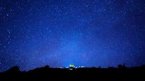Milky sposób i sylwetka drzewo na górze góry, Długi exposu zdjęcia royalty free
