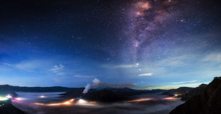 Milky sposób nad Bromo parkiem narodowym Jawa, Indonezja, - obraz stock