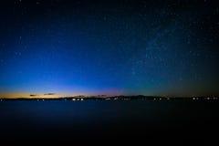 Milky sposób nad Jeziornym Winnipesaukee przy nocą, przy Ellacoya Stat obraz royalty free