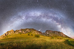 Milky sposób nad Piatra Secuiului w Rumunia Obrazy Royalty Free