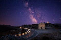 Milky sposób nad San Sebastiano kaplicą blisko Palasca w Corsica zdjęcia royalty free
