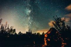 Milky sposób nad sylwetką drzewa obrazy stock