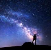 Milky sposób Nocne niebo i sylwetka mężczyzna obrazy royalty free