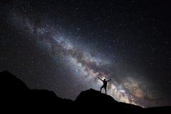 Milky sposób Nocne niebo i sylwetka trwanie mężczyzna zdjęcia royalty free