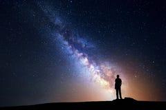 Milky sposób Nocne niebo i sylwetka trwanie mężczyzna fotografia royalty free