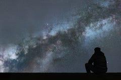 Milky sposób Nocne niebo samotnie z gwiazdami i sylwetka obsługujemy patrzeć Zdjęcie Royalty Free