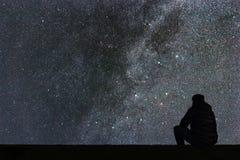 Milky sposób Nocne niebo samotnie z gwiazdami i sylwetka obsługujemy patrzeć Zdjęcia Stock