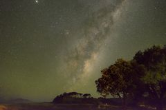 Milky sposób przy Pakiri plażą Nowa Zelandia NZ Zdjęcie Royalty Free