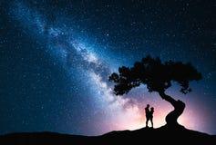 Milky sposób z przytulenie parą pod drzewem obrazy stock