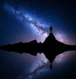 Milky sposób z sylwetką ludzie na górze Zdjęcia Stock