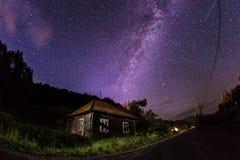 Milky sposobu above dom Zdjęcie Stock
