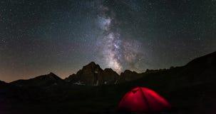 Milky sposobu czasu upływ i gwiaździsty niebo wiruje nad Alps w lecie M Viso, 3841 m, Podgórski, Włochy Iluminujący campingowy t zbiory