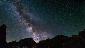 Milky sposobu czasu upływ i gwiazdy wiruje nad majestatycznymi Włoskimi Francuskimi Alps w lecie zbiory wideo