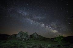 Milky sposobu galaktyki wydźwignięcie nad skalisty krajobraz zdjęcie royalty free