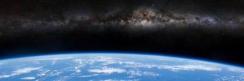 Milky sposobu galaxy nad horyzontem planety ziemia ilustracji