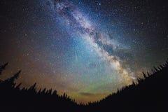 Milky sposobu galaxy wzrasta nad lasem zdjęcie royalty free