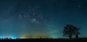 Milky sposobu galaxy z gwiazdami i astronautycznym pyłem w tarasowatym ryżu polu obraz stock