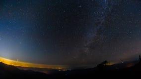 Milky sposobu i gwiazdy upływu chodzenie przez niebo z sylwetkowym na wzrost górze w lesie, Tajlandia zbiory
