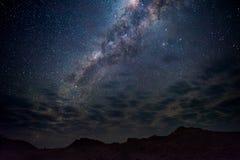 Milky sposobu łuk, gwiazdy w niebie Namib pustynia w Namibia, Afryka Niektóre sceniczne chmury Obrazy Royalty Free