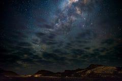 Milky sposobu łuk, gwiazdy w niebie Namib pustynia w Namibia, Afryka Niektóre sceniczne chmury Fotografia Royalty Free
