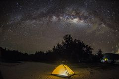 Milkyway πέρα από τον ουρανό στην παραλία Kudat, Μαλαισία στοκ εικόνα