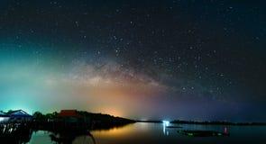Milkyway πέρα από τον ποταμό krabi τη νύχτα Στοκ Εικόνες
