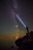 Milkyway и человек с светом факела Стоковое фото RF