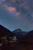 Milkyway avec la montagne Everest au camp de base d'Everest photographie stock libre de droits