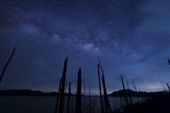 Milkyway en blauwe hemel bij nacht Stock Fotografie