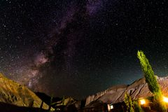 Milkyway et fond de montagne Image libre de droits