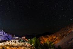 Milkyway et fond de montagne Photographie stock