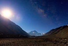 Milkyway med berget Everest på den Everest basläger Arkivfoto