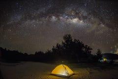 Milkyway sobre o céu na praia de Kudat, Malásia imagem de stock